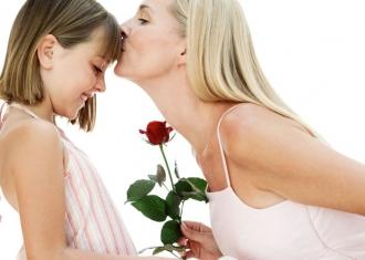 Мать занимается с дочерью любовью