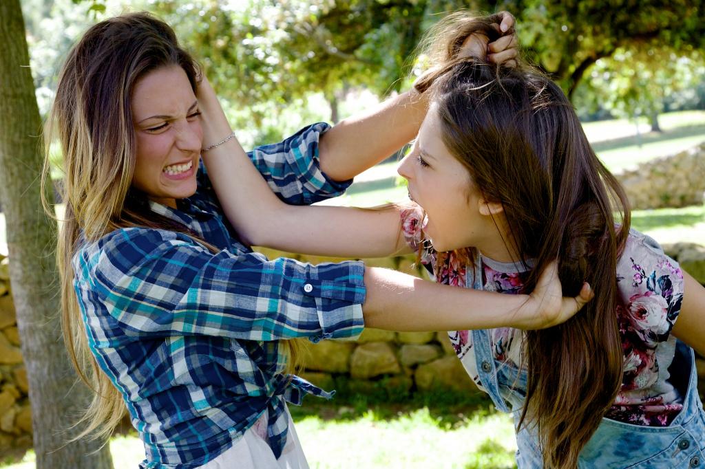 Подростковая агрессия: почему дети мучают животных и матерятся