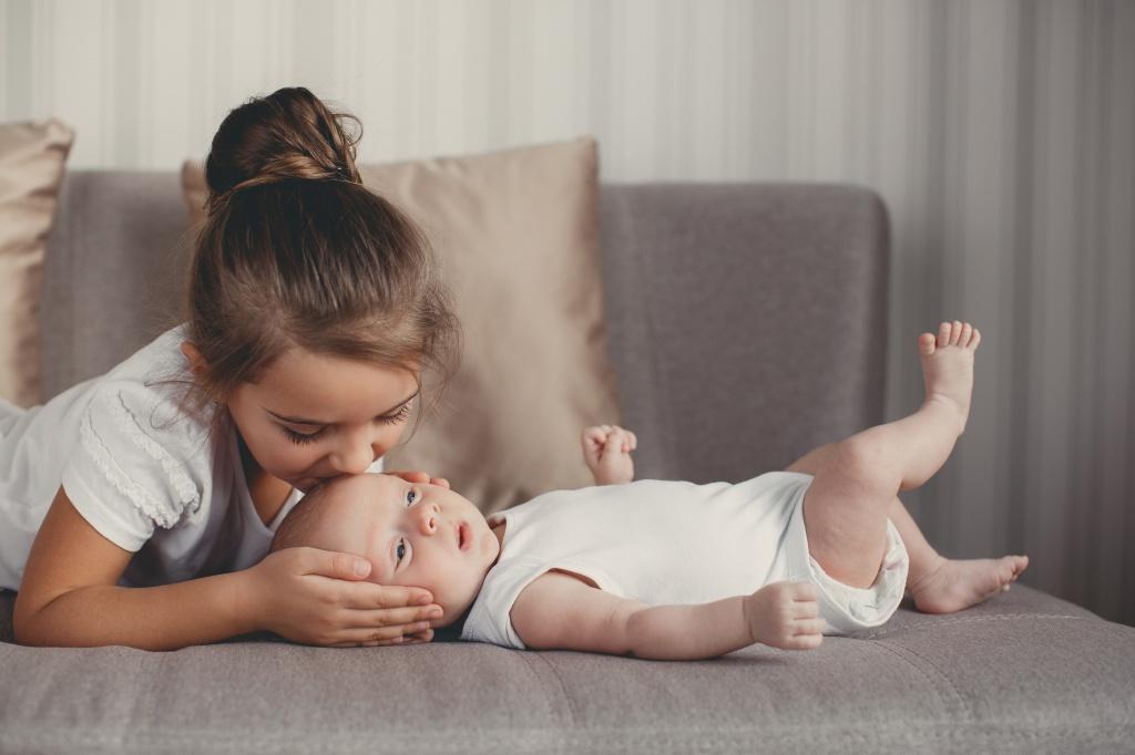 Ребенок – нянька: чем опасна ситуация, когда на старшего ребенка ложится слишком много обязанностей по воспитанию младшего.